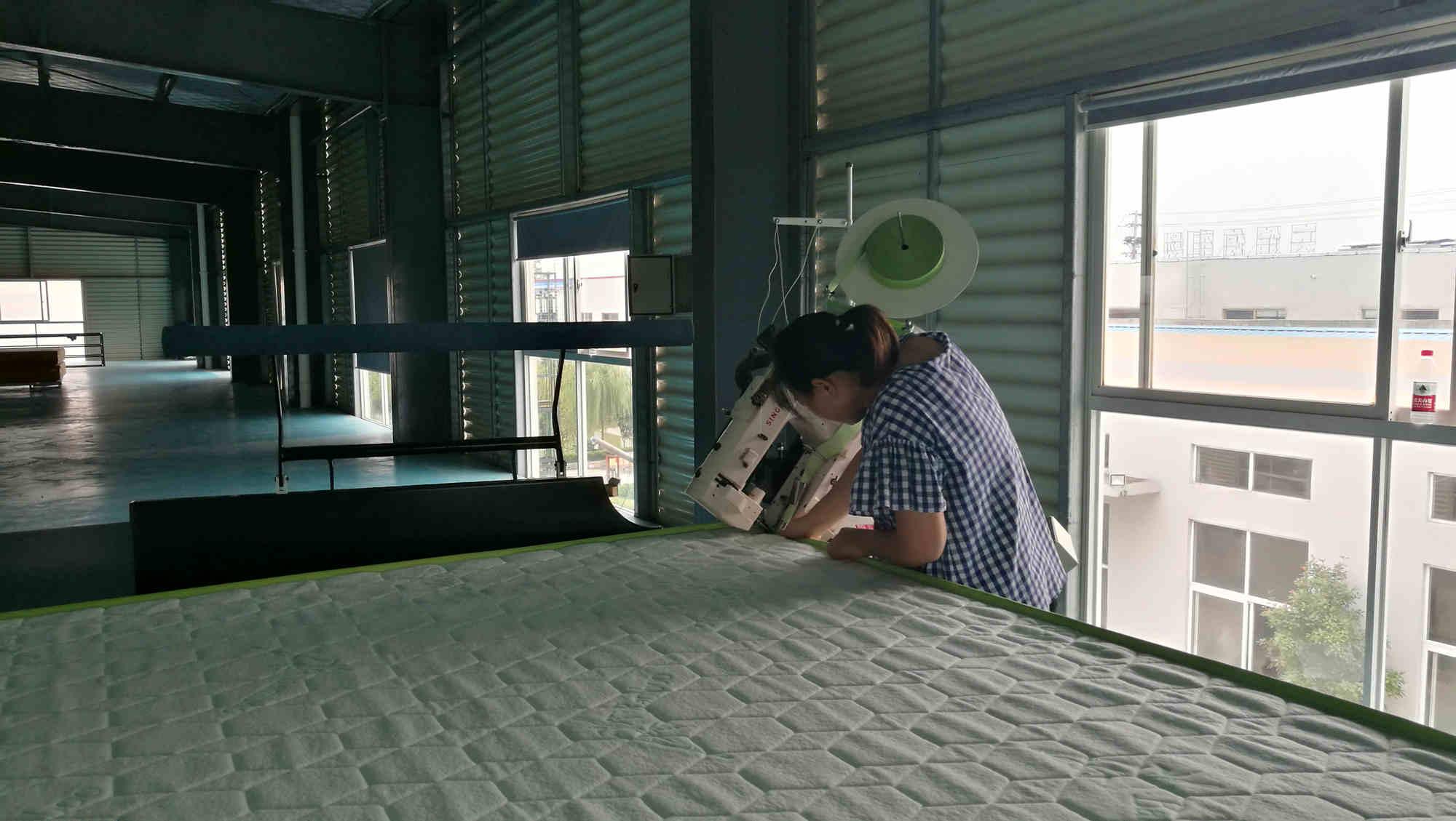 自动翻转床垫缝纫围边机