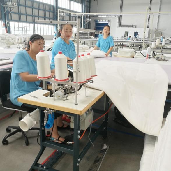 拷邊縫紉機加工中